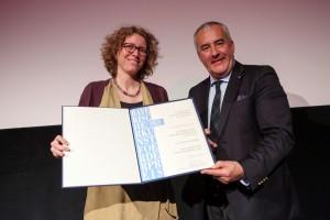 Silke Kleemann hat den Bayerischen Kunstförderpreis 2015 von Kultusminister Ludwig Spaenle erhalten.